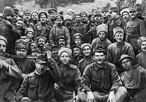 Фото на память о братании русских и германских войск в 1917 году. Фотосвидетельств братаний 1914 г. не существует, однако документы говорят о том, что начались они именно тогда